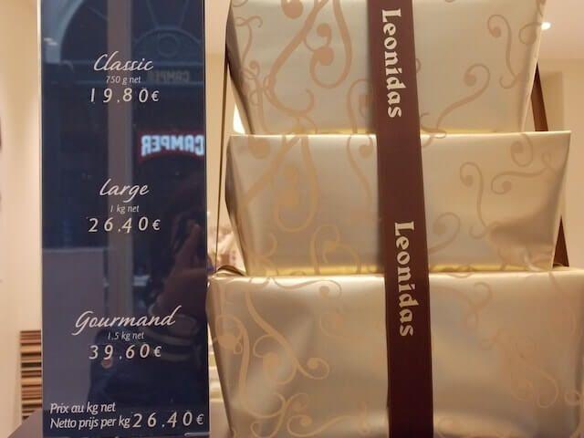 Otro sitio en el que comprar chocolate en Bruselas es en las Galerías St. Hubert. Aquí tienen tienda Leonidas, Godiva, Neuhaus o Pierre Marcolini. En la plaza del Grand Sablon está el paraíso para los adictos al chocolate. La vitrina de Godiva, con los cucuruchos de fresas es como una joyería.
