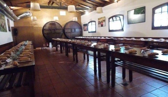 Comer en una sidrería en el territorio de la sidra vasca