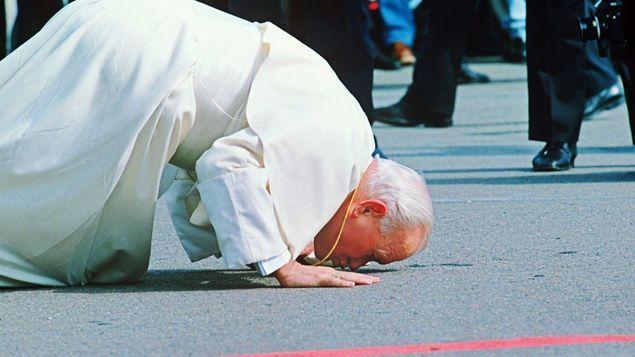 Juan Pablo II besando el suelo