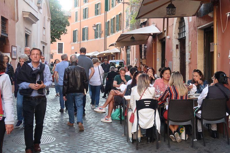 comer en la Roma en la calle
