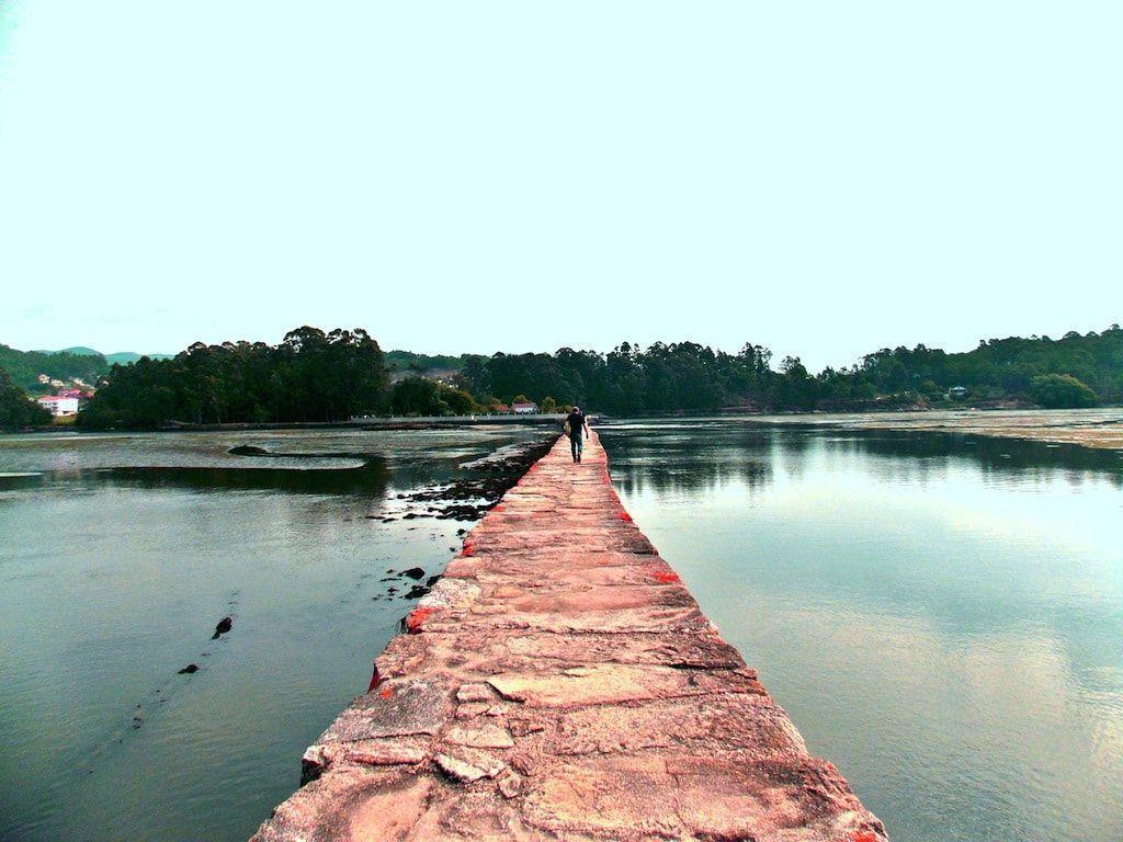 Caminar entre el agua en las salinas de Ulló