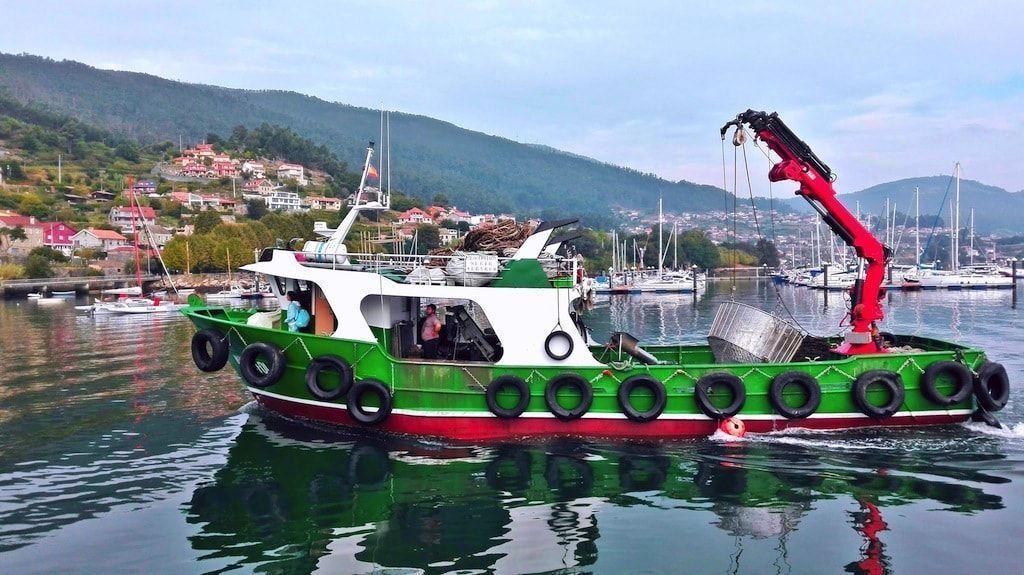 Barco en el puerto de San Adrián de Corbes