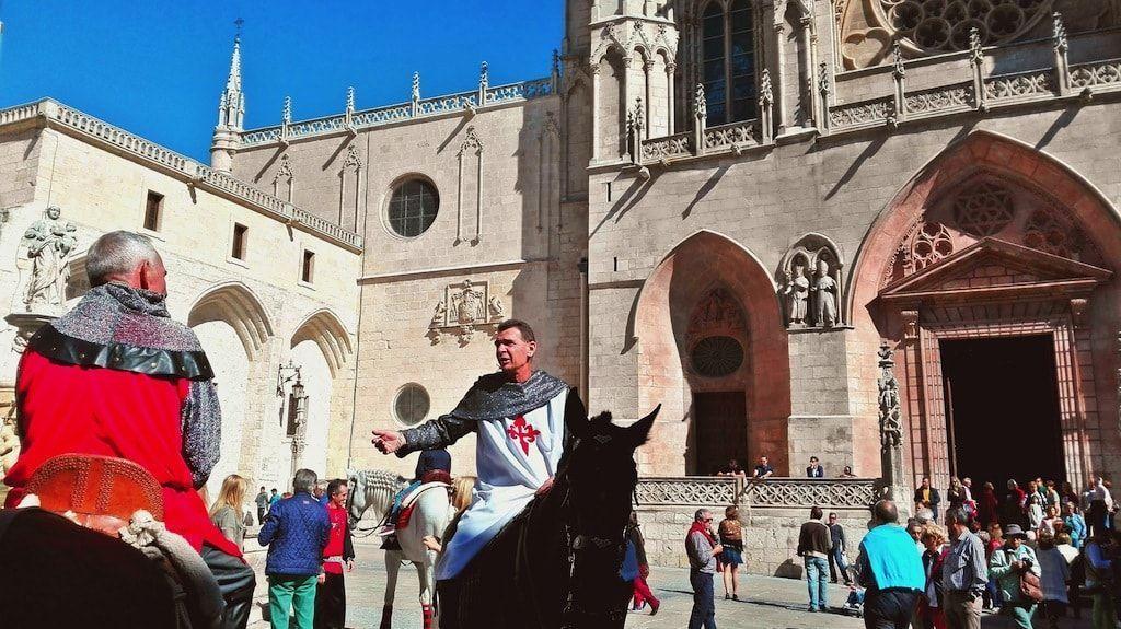 Caballeros esperando la salida de la comitiva de la catedral
