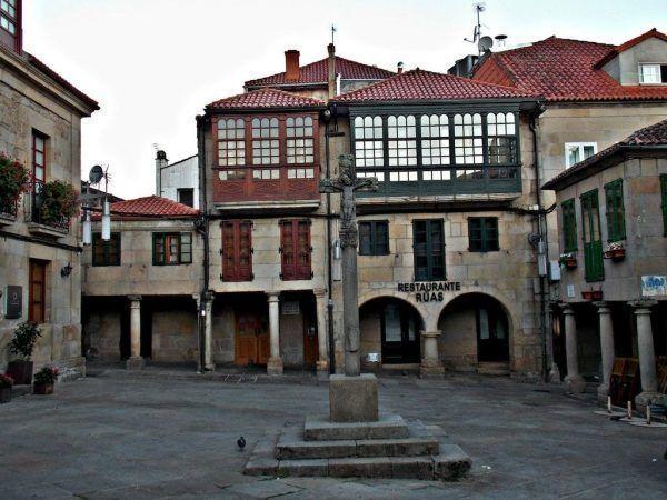 Cruceiro en la plaza de la Leña