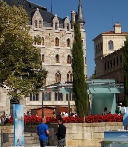 Casa Botines desde la plaza de las Palomas de León
