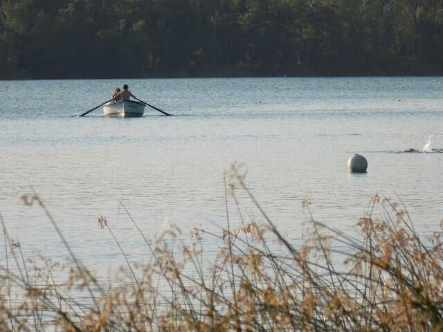 Barca de remo en el lago de Banyoles