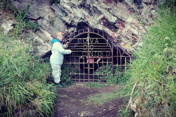 Puerta de entrada a la cueva del Rei Cintolo en Mondoñedo