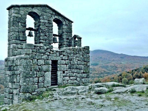Ruinas iglesia en una ruta de 2 días en Sierra de Gata