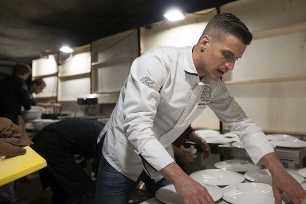 Miguel Cobo revisando los platos en cenas nómadas
