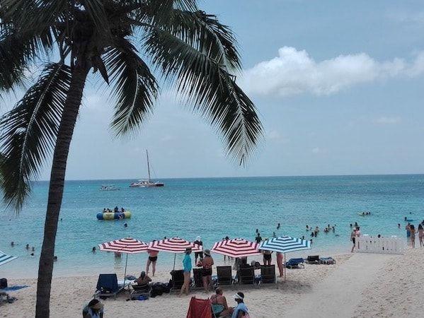 Playa de pago en MoBay en Jamaica