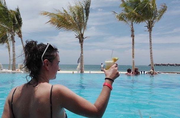 Piscina y zumos en Jamaica