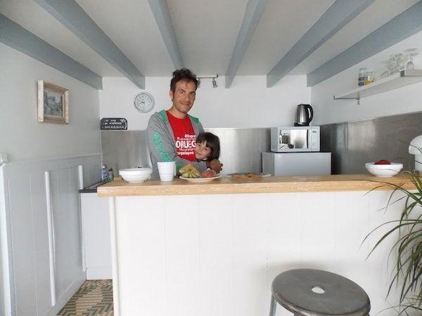 Cocina y mobiliario del airbnb en Bretaña