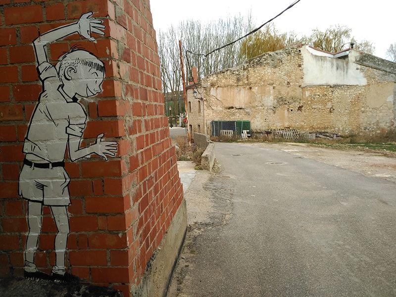 Mural niño jugando