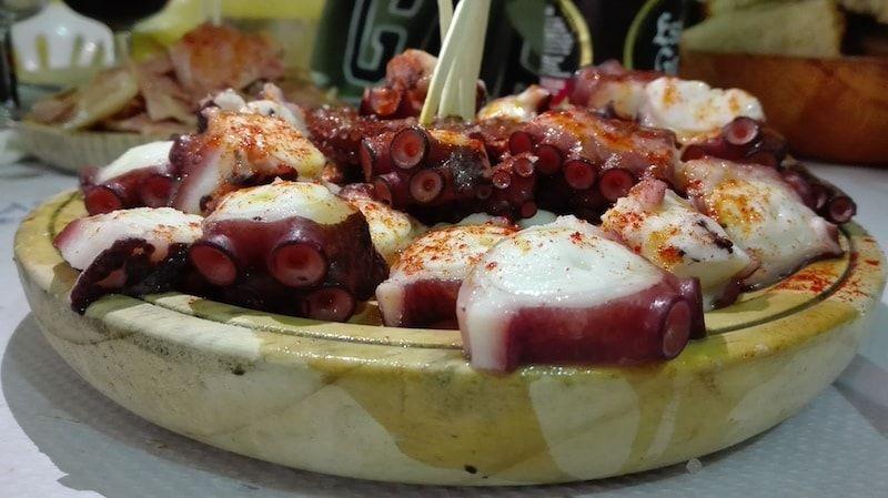 Comer pulpo de todas las formas posibles al viajar a Galicia
