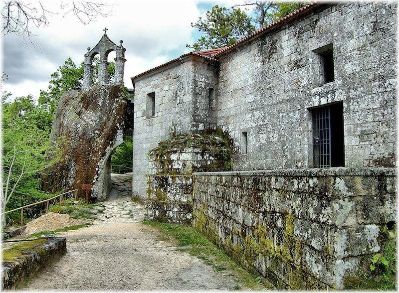 Viajar a Galicia para visitarMonasterio de San Pedro de Rocas