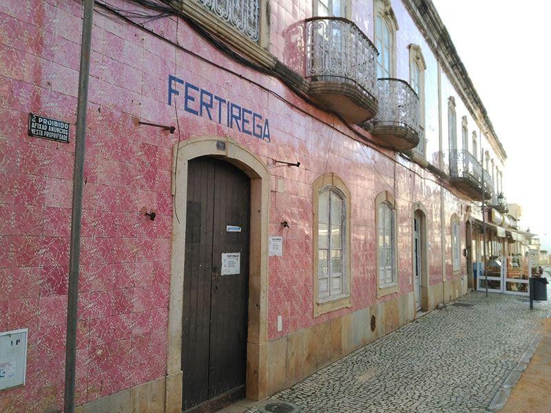 en una ruta en moto por Algarve no faltan las casas de azulejos