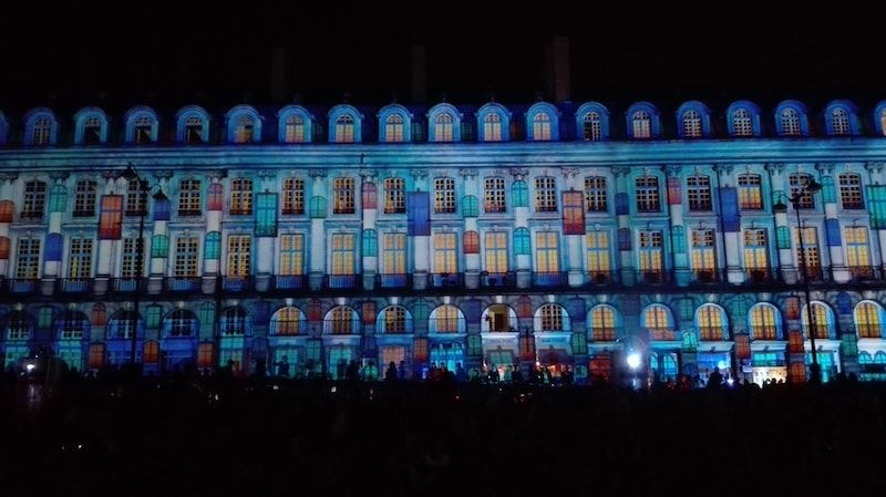 plaza del parlamento de Rennes de noche
