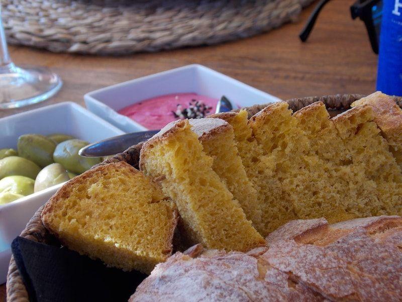 Comer pan de zanahoria en Ibiza