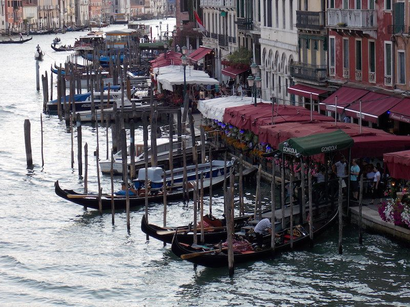 El canal lleno de góndolas en Venecia