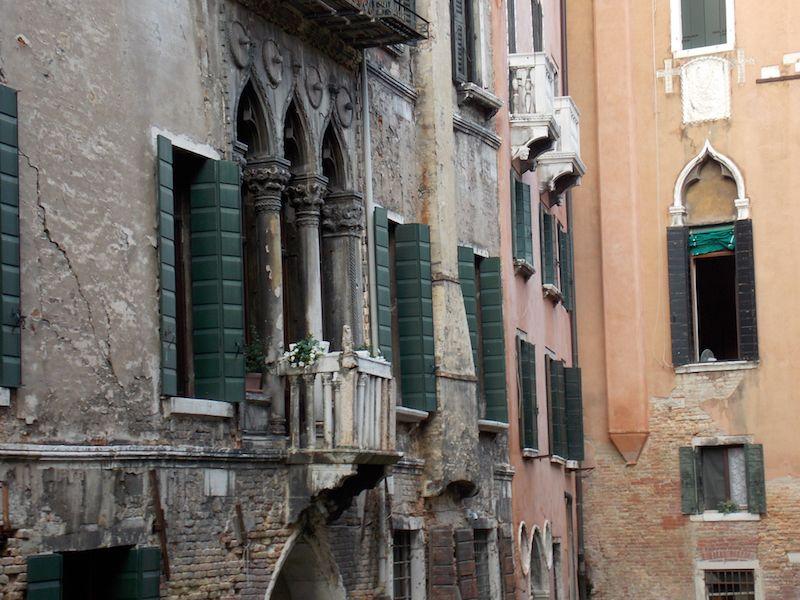 Casas en los canales de Venecia