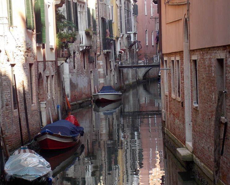 Recorrer los canales de Venecia en barca