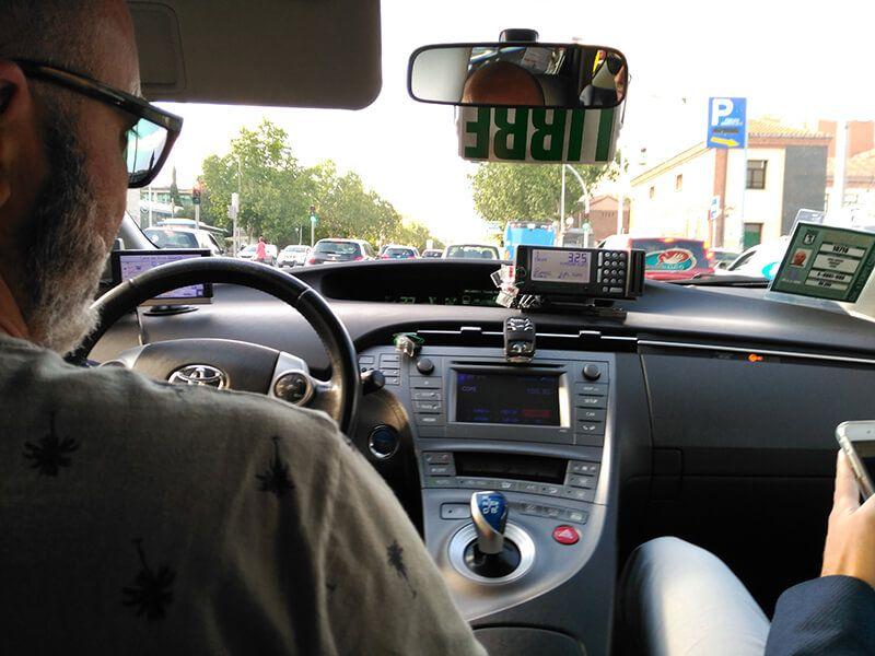 taxi en el tráfico de Madrid