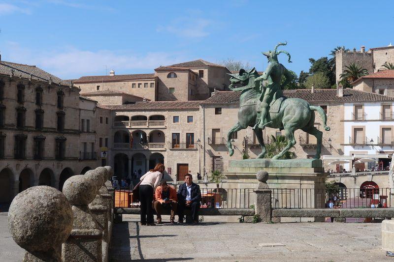 dónde está la escultura de Pizarro en Trujillo