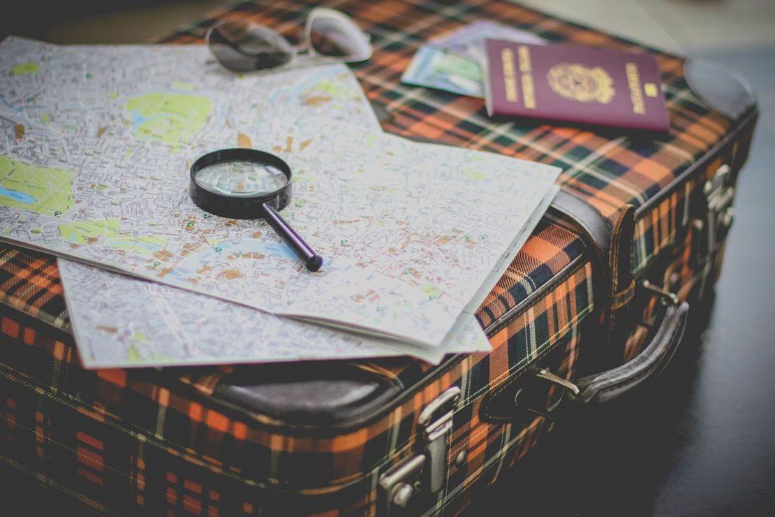 Póliza del seguro de viajes en la maleta